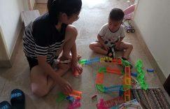 都都和妈妈一起拼装轨道汽车
